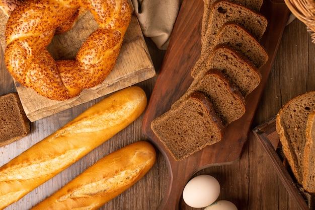 トルコのベーグルとパンのスライスとフランスのバゲット 無料写真