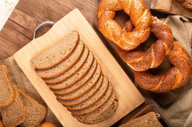 おいしいベーグルと茶色と白のパンのスライス 無料写真
