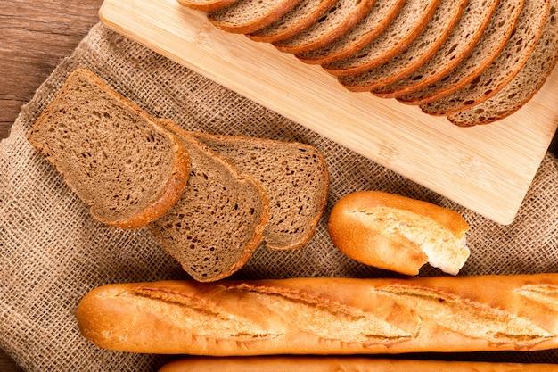 パンのスライスとフランスパン 無料写真