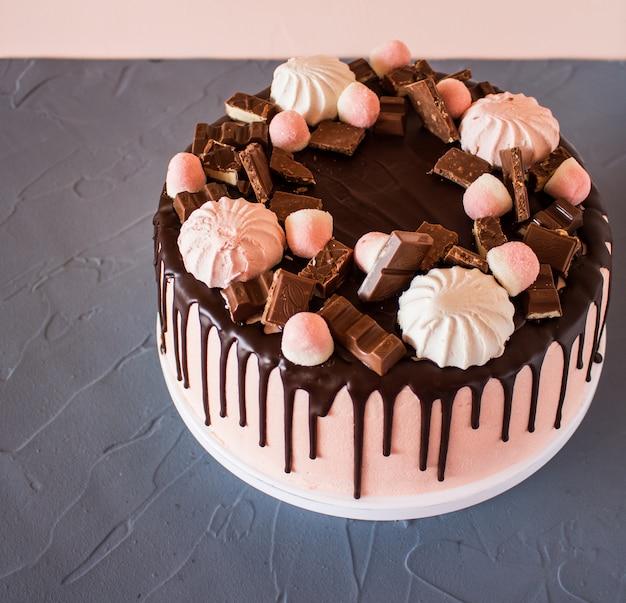 チョコレートのドリップビスケットケーキ 無料写真
