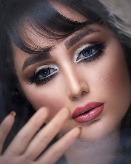 Женская модель носить макияж дымчатый глаз Бесплатные Фотографии