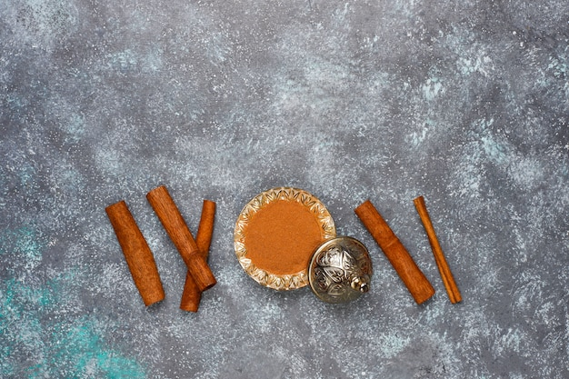 キッチンテーブルの上のスパイスの盛り合わせ 無料写真