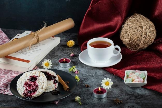Диетические крекеры с красным вареньем и корицей и чашкой чая Бесплатные Фотографии