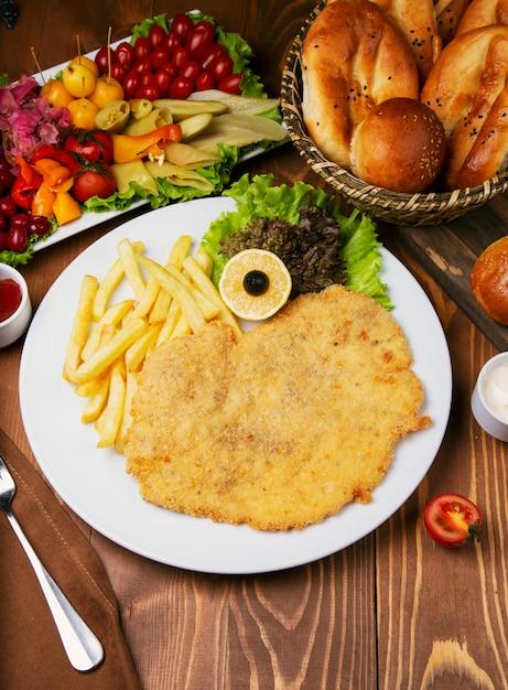 ローストチキンナゲット、フライドポテトの胸肉。美味しいサラダとトゥルーシュの品種を添えて 無料写真