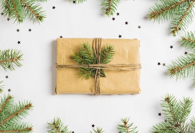 クリスマス装飾組成ギフトボックストウヒモミブランチキラキラ星 無料写真