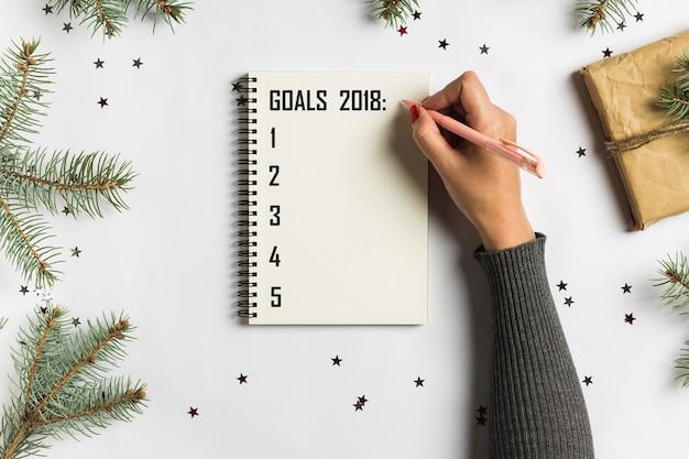 目標計画は、新年のクリスマスコンセプトライティングのためのリストをする夢を作る 無料写真