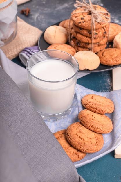 Чашка молока с конфетами Бесплатные Фотографии