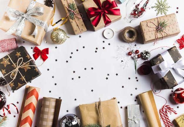 包装クリスマスのギフト用の箱の新年のクリスマスの包装の包装紙、 無料写真