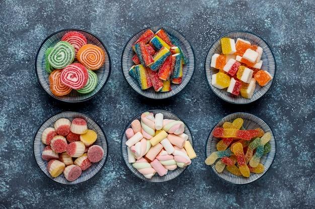 カラフルなキャンディー、ゼリー、マーマレード、トップビュー 無料写真