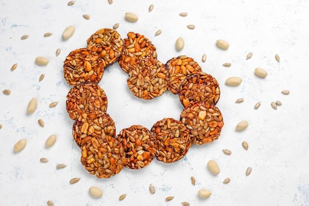 Глютеновое ореховое цукаты с шоколадом, арахисом и семечками, вид сверху Бесплатные Фотографии