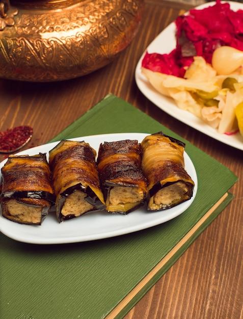 揚げ茄子のスライスで包んだ肉鶏肉野菜スナックのもの。 無料写真
