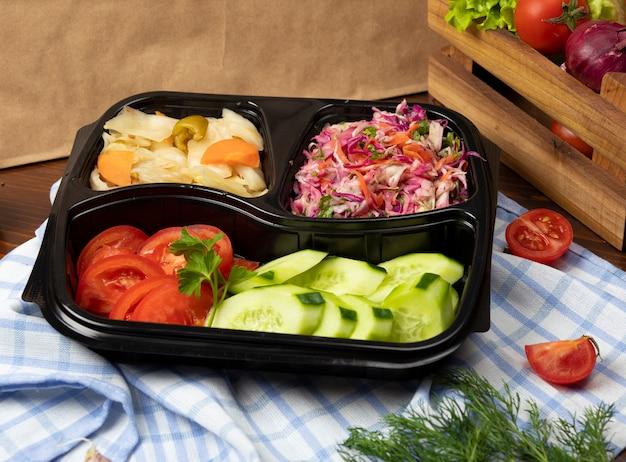 キャベツのマリネ野菜とトマトのきゅうりサラダテイクアウト 無料写真