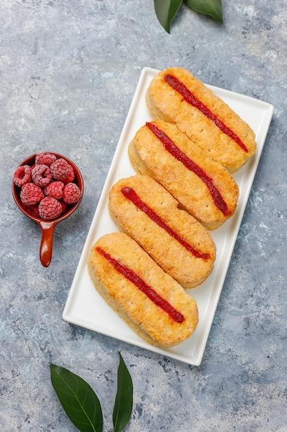 ラズベリージャムと冷凍ラズベリーの光のパイ生地のクッキー 無料写真
