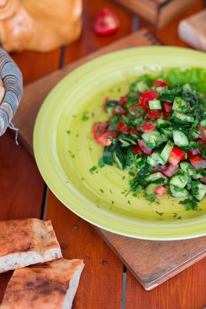 野菜のグリーンサラダ、グリーンプレートのチョバンサラティ。 無料写真