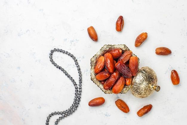 ラマダン、上面図を象徴する日付果物の美しいボウル 無料写真