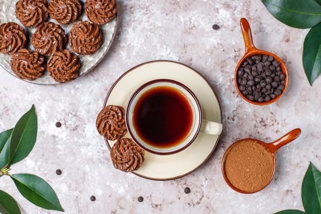 チョコレートドロップとココアパウダー、上面とミニケーキトリュフ 無料写真