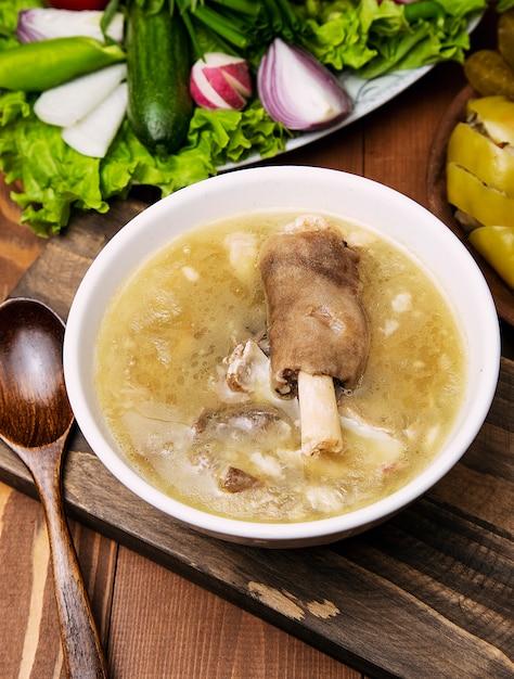 牛肉、子羊の肉のスープ、トマトソース、玉ねぎ、スマーク。 無料写真