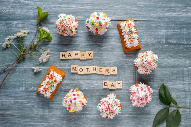 さまざまなふりかけと母の日おめでとうの言葉で美味しい自家製カップケーキ 無料写真