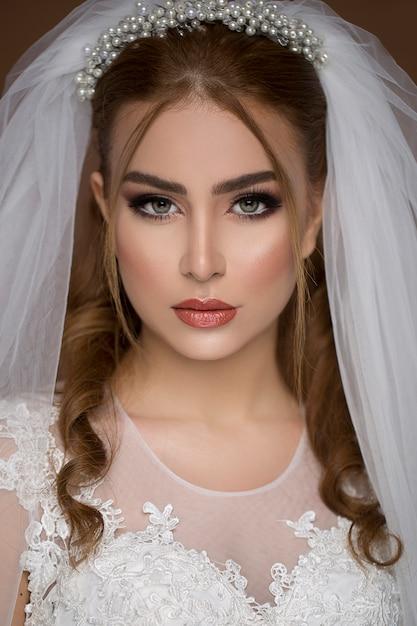 Блондинка модель в свадебном платье и свадебный макияж Бесплатные Фотографии