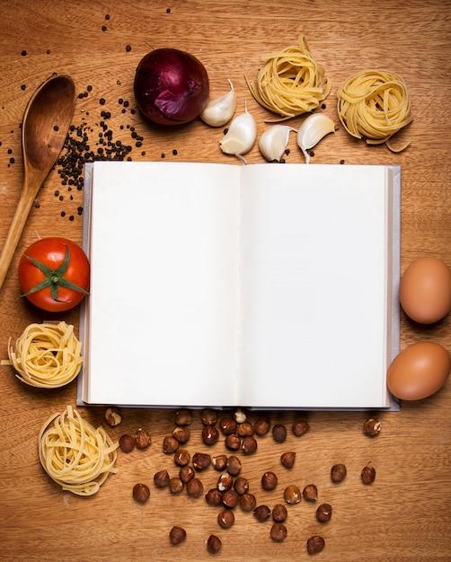 キッチン。料理本と食べ物 無料写真