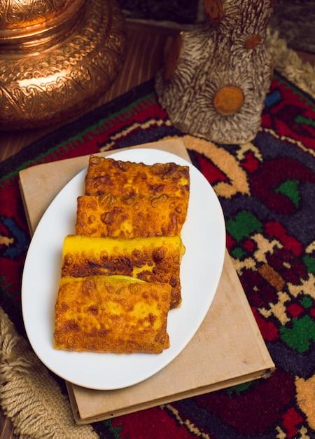 Блинчик, блины с начинкой, фаршированные мясом, картофелем и другими овощами и завернутые Бесплатные Фотографии