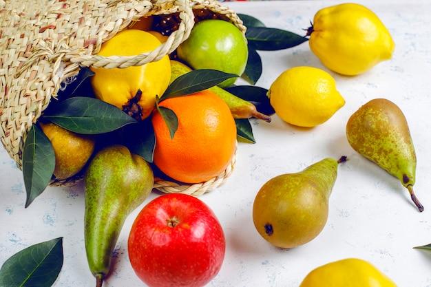 Свежие органические фермерские фрукты, груши, айва Бесплатные Фотографии