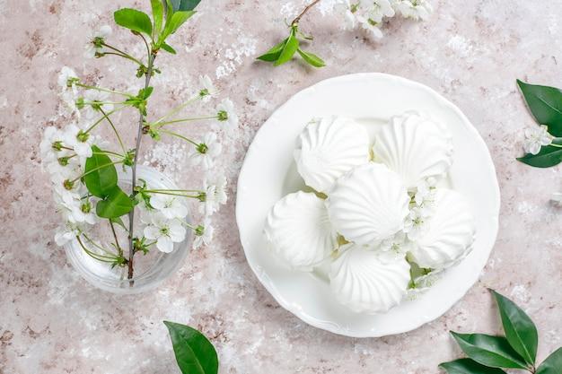 白いゼファー、春の花とおいしいマシュマロ 無料写真