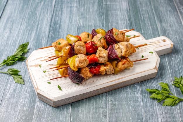 Куриный шашлык с овощами, кетчупом, майонезом Бесплатные Фотографии
