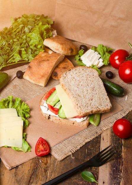 自家製ハンバーガー、野菜のサンドイッチ、トマトのきゅうりとホワイトチーズ 無料写真