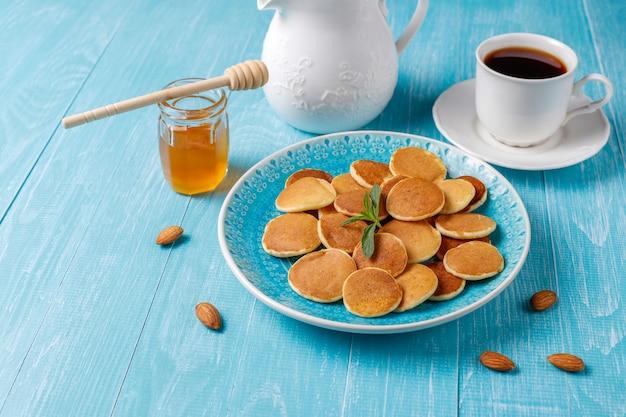 Модная еда - мини блинная каша. куча зерновых блинов Бесплатные Фотографии