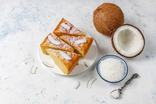 Домашний вкусный кокосовый пирог с половиной кокоса Бесплатные Фотографии