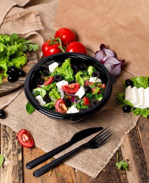 フェタチーズのホワイトチーズ、グリーンサラダ、トマト、オリーブの野菜ロカサラダ。 無料写真