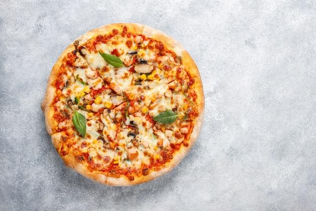 Вкусная куриная пицца с грибами и специями Бесплатные Фотографии