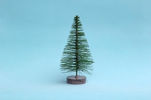 最小限のスタイルで明るい背景上にクリスマスツリー。 Premium写真