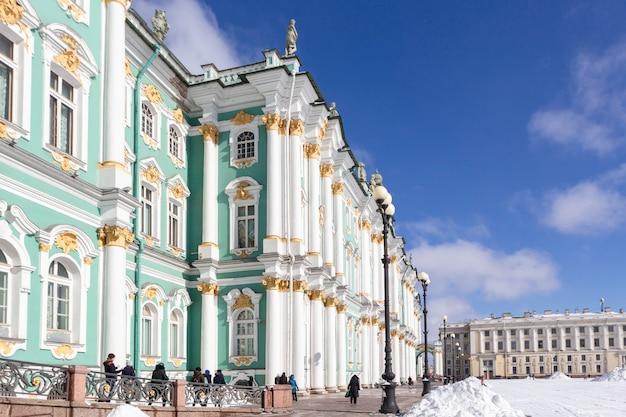 Зимний дворец здание эрмитажа на дворцовой площади в морозный снег зимний день в санкт-петербурге, россия Premium Фотографии