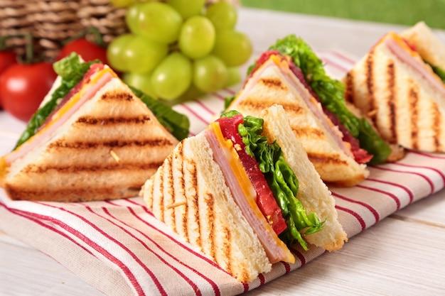 チーズとハムと三角形のサンドイッチ 無料写真