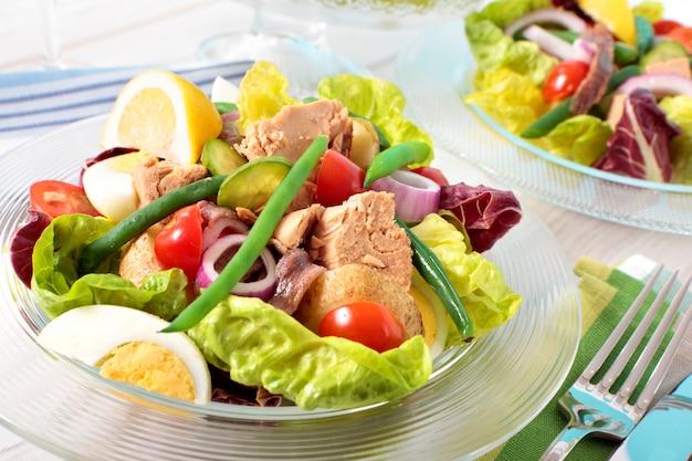 テーブルに配置されたマグロのサラダ 無料写真