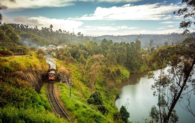 Железная дорога шри-ланки талавакеле через водохранилище Premium Фотографии
