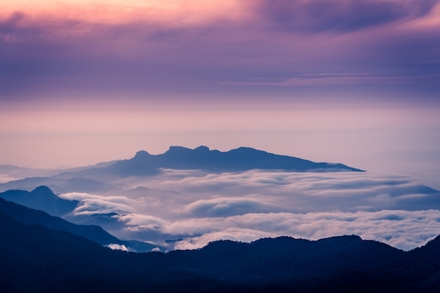 Удивительная сцена восхода солнца на горе шри-пада в шри-ланке Premium Фотографии