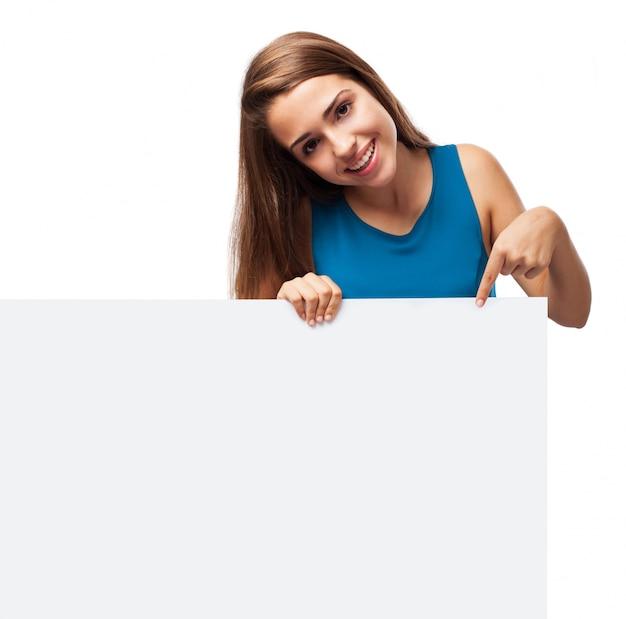 空白記号を保持している魅力的な女の子 無料写真