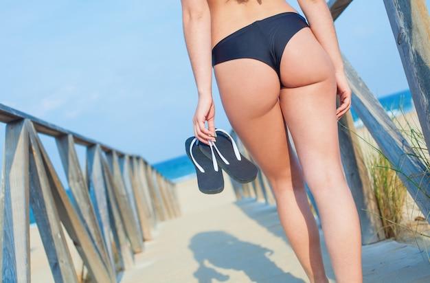 ブラジルビキニを持つ少女 無料写真