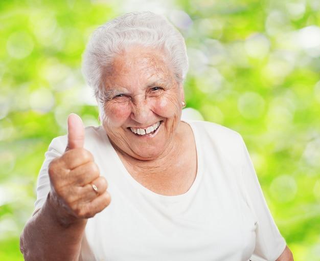 Крупным планом, вышедших на пенсию женщина с большой палец вверх Бесплатные Фотографии