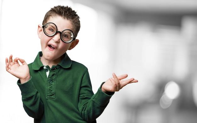 メガネボトルのお尻を持つ少年 無料写真