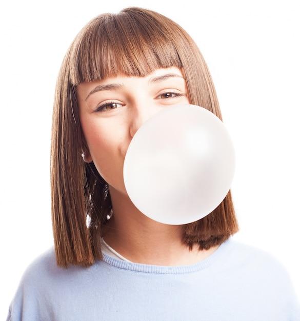 ティーンは、チューインガムとバブルをやって 無料写真