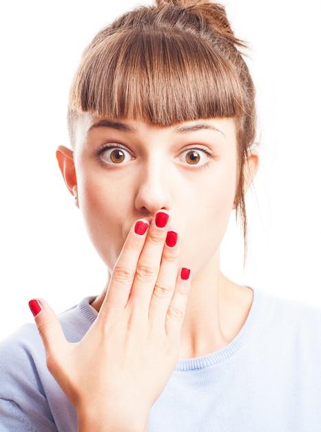 彼女の手で彼女の口をカバー驚いティーン 無料写真