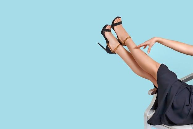 Ухоженные женские ножки в босоножках на высоком каблуке. педикюр, депиляция, лечение варикозного расширения вен. Premium Фотографии
