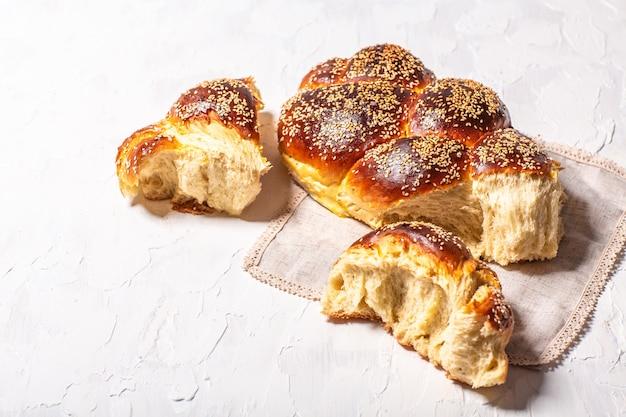 Концепция восточной кухни. национальный еврейский праздничный еврейский хлеб халы из дрожжевого теста с яйцами Premium Фотографии