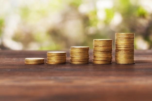 Монеты сложены друг на друга Premium Фотографии