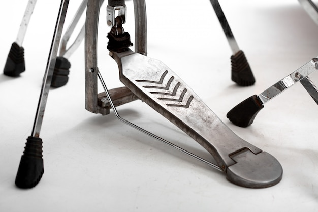 Бас-барабан с педалью на белом полу, музыкальная концепция Premium Фотографии