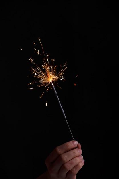 Женские руки, держа бенгальский огонь. Premium Фотографии